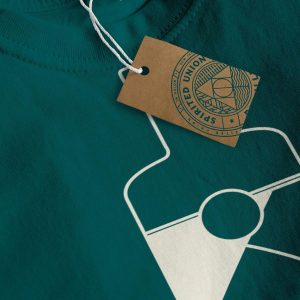 Close up groen Spirited Union shirt met fles op voorkant