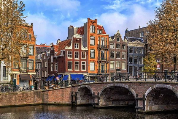 traditional-old-buildings-in-amsterdam-UDE799L
